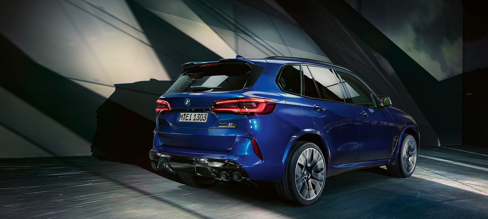 BMW X5 M Competition F95 2020 Marina Bay blue metallic three-quarter rear view