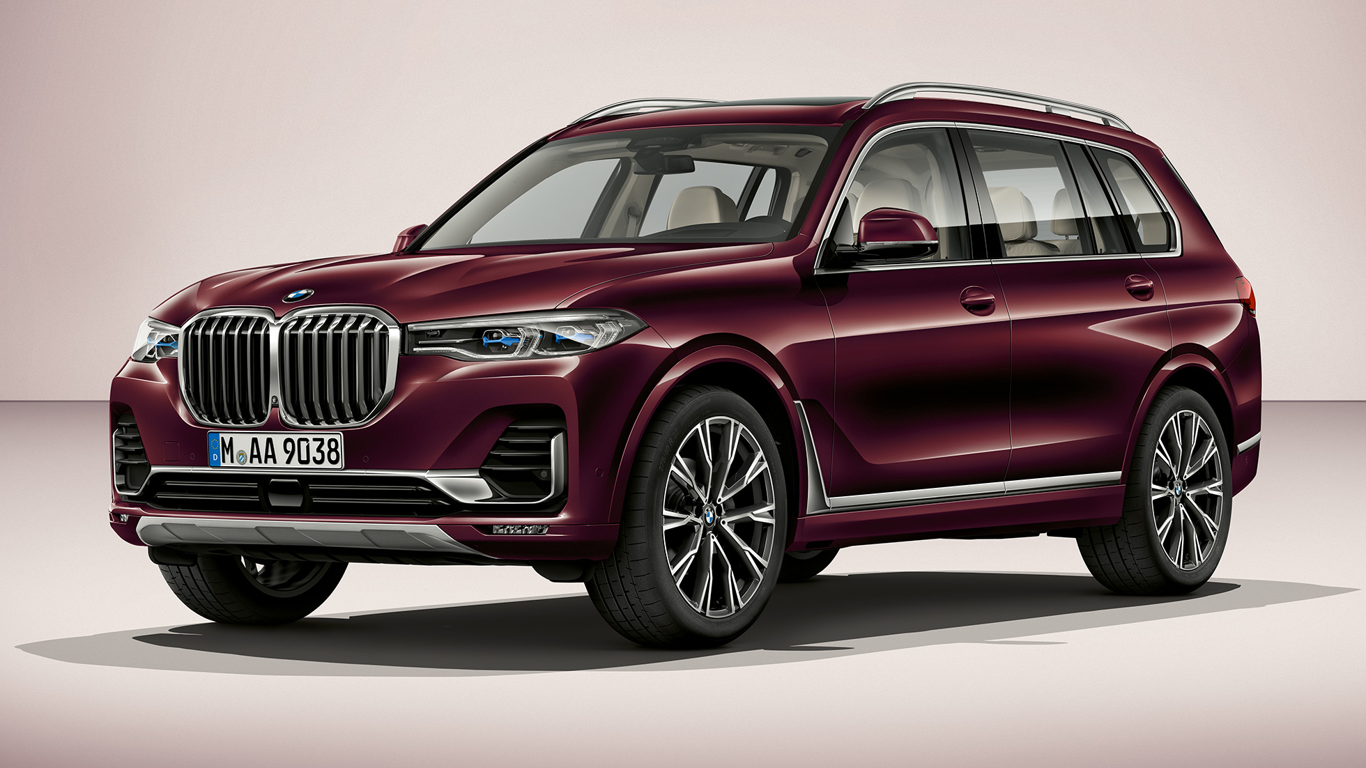 Studio shot of the BMW X7 three-quarter front view as BMW Individual X7 xDrive40i