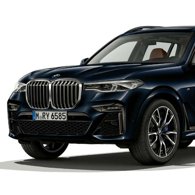 Studio shot of the BMW X7 three-quarter front view in M Sport Package